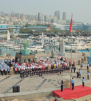 """青岛市旅游协会等六社会团体 举行庆祝新中国成立70周年升旗仪式 暨""""不忘初心、牢记使"""
